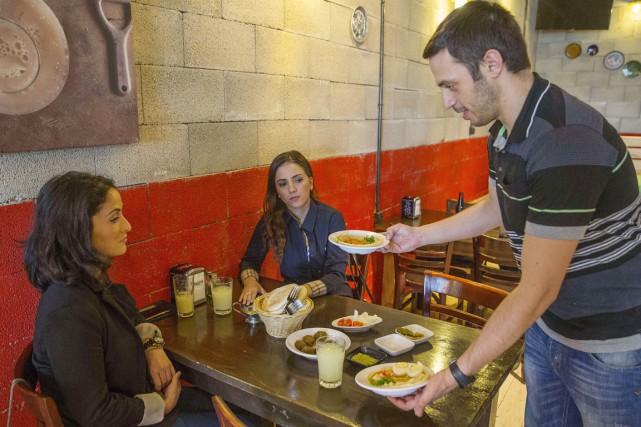 Kobi Tzafrir, qui dirige un petit restaurant à... (PHOTO  JACK GUEZ, AFP)