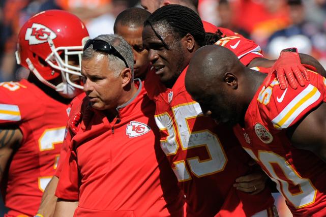 JamaalCharles (25) s'est blessé au genou droit durant... (Photo Ed Zurga, AP)