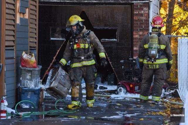 Ce garage incendié est une perte totale.... (François Gervais, Le Nouvelliste)