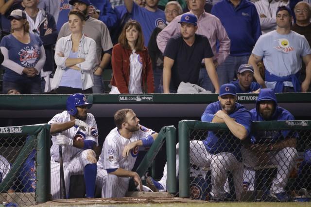 Les joueurs des Cubs, pendant la neuvième manche... (David J. Phillip, Associated Press)