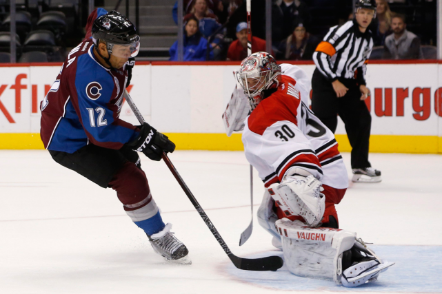 Le gardien des Hurricanes Cam Ward a repoussé... (Photo David Zalubowski, AP)