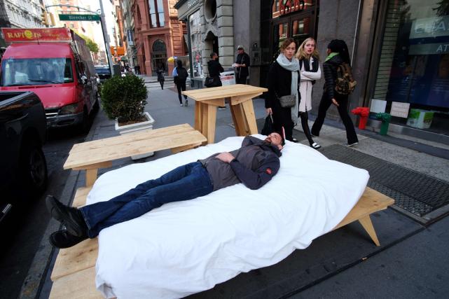 L'artiste français Sébastien Renauld se repose sur un... (Photo Jewel Samad, AFP)