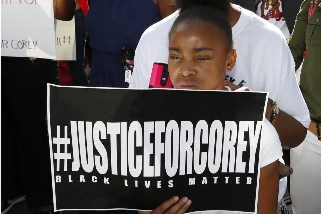 La famille d'un homme noir abattu la semaine dernière par un policier en civil... (Photo AP)
