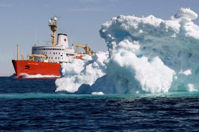 Un bateau de la Garde côtière canadienne dans... (PHOTO JONATHAN HAYWARD, ARCHIVES LA PRESSE CANADIENNE)