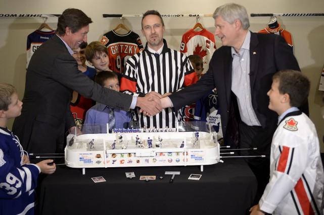 Stephen Harper serre la main de Wayne Gretzky... (archives La Presse Canadienne)
