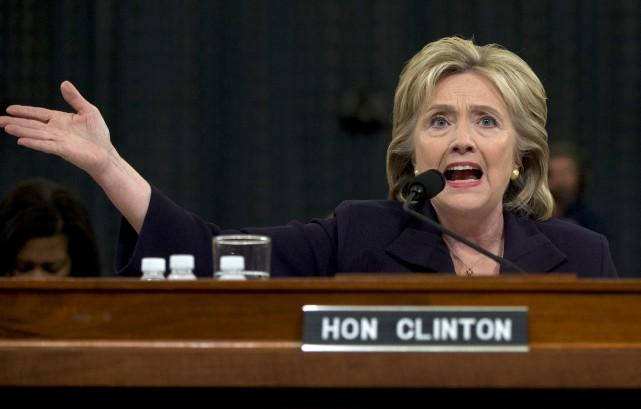 Les républicains ont questionné Mme Clinton afin de... (Associated Press)