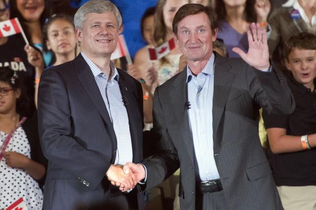 Wayne Gretzky et Stephen Harper lors d'un événement... (Archives, La Presse Canadienne)