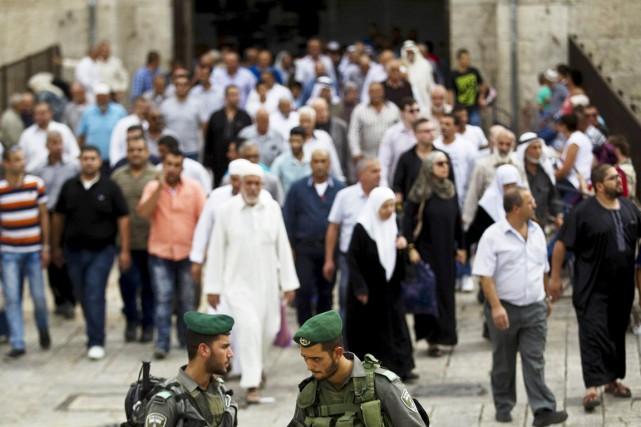 Des milliers de fidèles palestiniens ont afflué vendredi... (PHOTO RONEN ZVULUN, REUTERS)