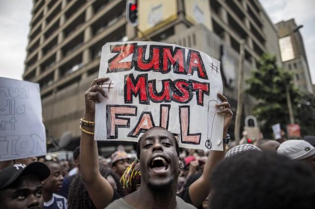 Un étudiant brandit une pancarte où l'on peut... (PHOTO MARCO LONGARI, AFP)
