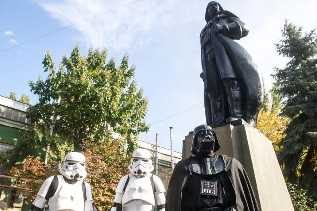 Une statue de Lénine a été transformée en Darth Vader (aussi appelé Dark Vador... (PHOTO AFP)
