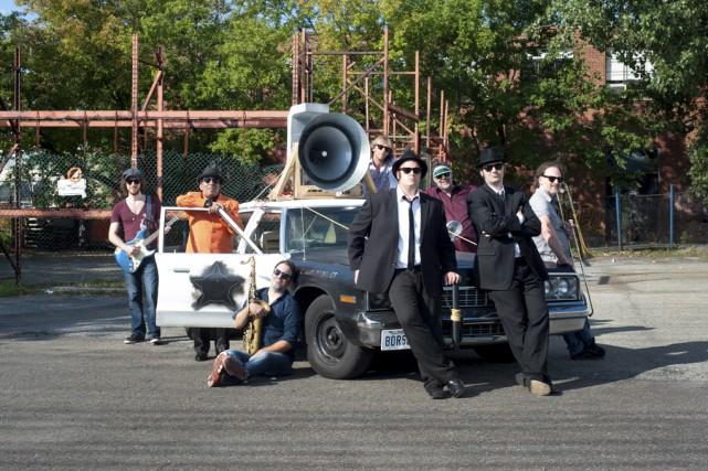 Le groupe, qui ne se déplace jamais sans... (photo fournie par Productions Musik'Al)