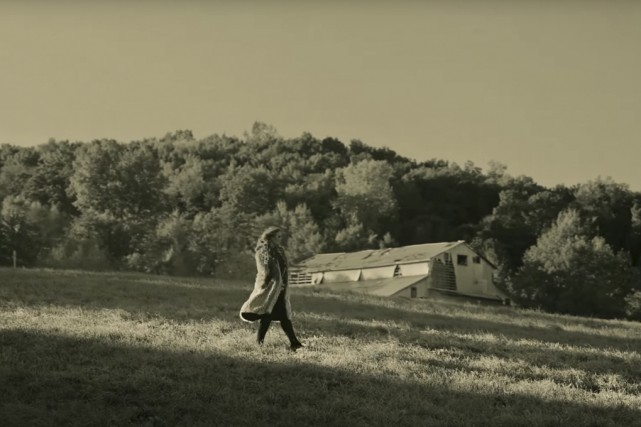 Dans le vidéoclip tourné en noir et blanc,... (Capture d'écran)