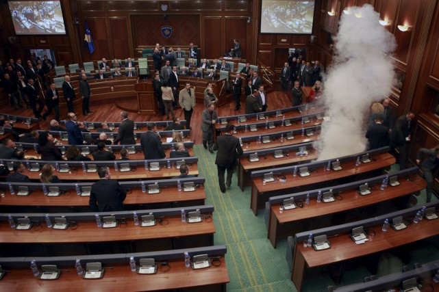 Le parlement de Pristina, vendredi, alors qu'un membre... (Photo Hazir Reka, Reuters)