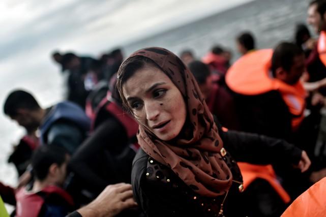 Une femme débarque sur l'île de Lesbos, en... (Photo ARIS MESSINIS , AFP)
