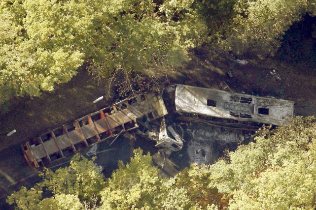 Une terrible collision entre un autocar et un camion, l'accident de la route le... (Photo Regis Duvignau, Reuters)