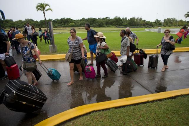 Les touristes qui séjournent dans la zone touchée... (Associated Press)