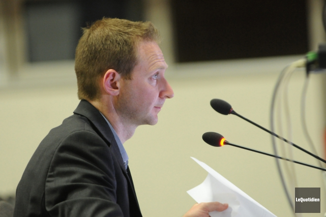 Le directeur de Port Saguenay, Carl Laberge explique... (Archives Le Quotidien)
