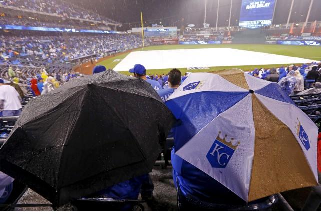 Le match de vendredi soir a été suspendu... (Associated Press)