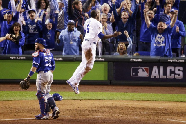 Lorenzo Cain a brisé l'égalité en marquant du premier but sur un simple d'Eric... (Associated Press)