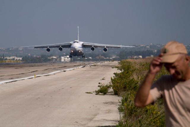 Un avion russe atterrit à la base syrienneHemeimeem,... (PHOTO VLADIMIR ISACHENKOV, AP)