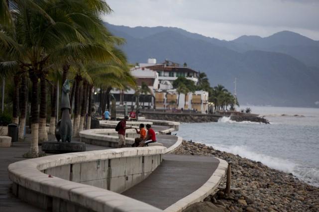 Des passants profitent d'une matinée tranquille à Puerto... (Photo AP, Rebecca Blackwell)