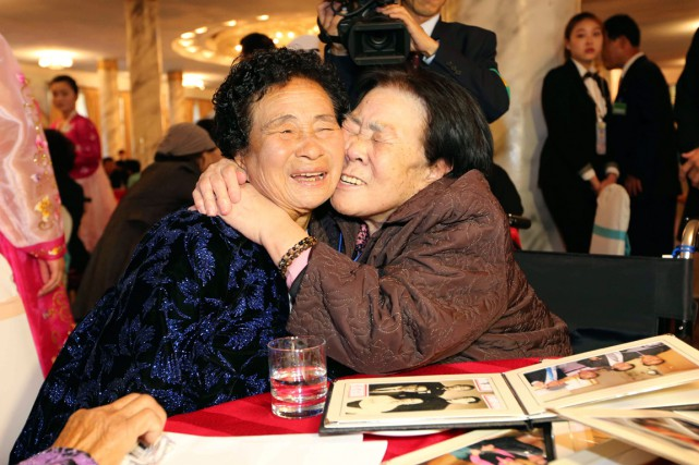 La Sud-coréenne Jo Soon-jeon, 83 ans, sert sa... (PHOTO ASSOCIATED PRESS)