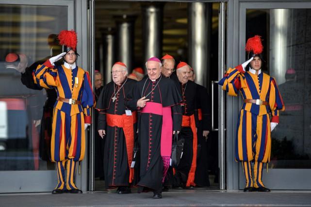 Cardinaux et évêques prennent une pause après la... (PHOTO ANDREAS SOLARO, AFP)