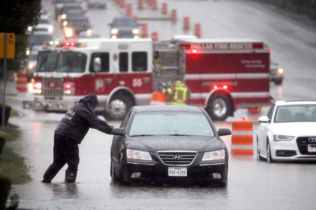 Un sauveteur vient en aide à un conducteur... (PHOTO TONY GUTIERREZ, AP)