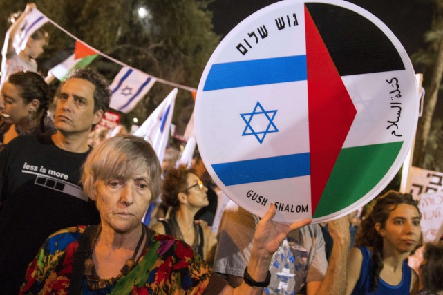 Les manifestants sont partis de la place honorant Yitzhak Rabin,... (PHOTO JACK GUEZ, AFP)