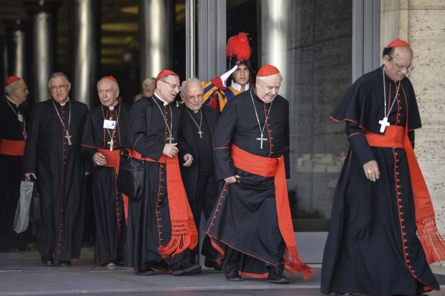 Les évêques et cardinaux quittent le synode. Ilsont... (Agence France-Presse)