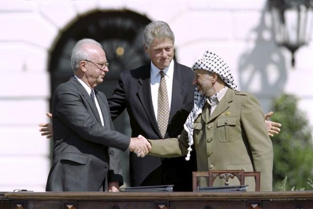 La poignée de main entre l'IsraélienYitzahk Rabin et... (Archives AFP)