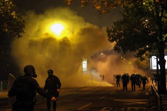 Des policiers et des manifestants, dont certains étaient... (Photo Risto Bozovic, AP)