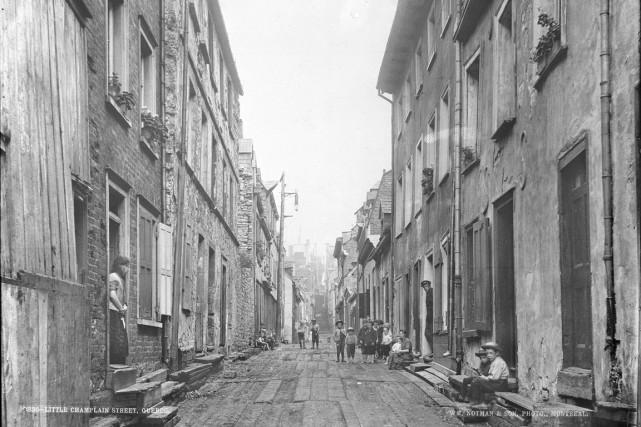 La coquette rue du Petit-Champlain n'en finit plus de s'attirer des éloges,... (Wm.Notman and Son  Rue du Petit Champlain, Québec, VIEW-2535.0  ©Musée McCord)