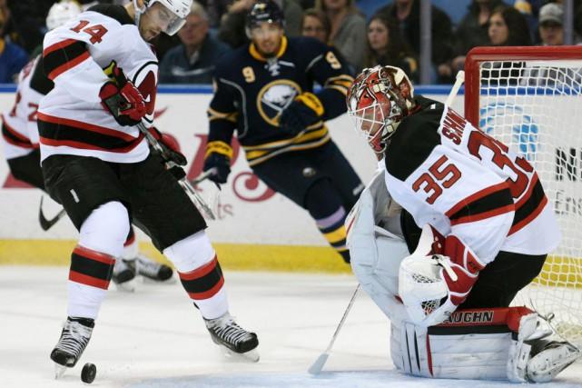 Adam Henrique a inscrit deux buts en plus d'en préparer un autre et les Devils... (Photo Gary Wiepert, AP)