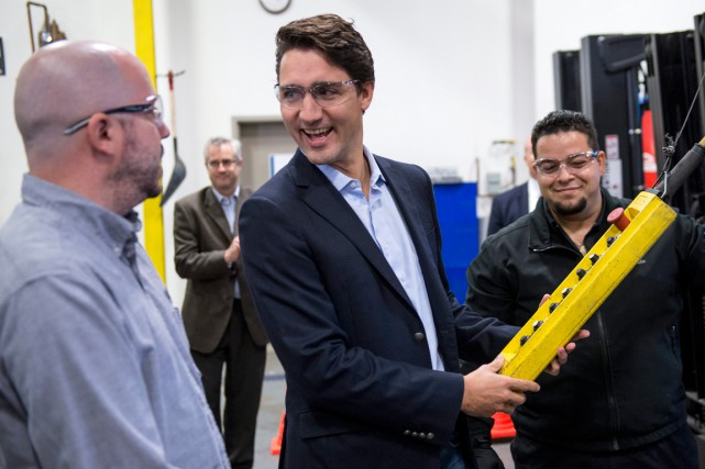Justin Trudeau en visite dans une usine de... (PHOTO PAUL CHIASSON, PC)