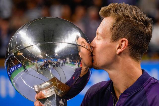 Tomas Berdych embrasse son trophée.... (PHOTO JONATHAN NACKSTRAND, AFP)