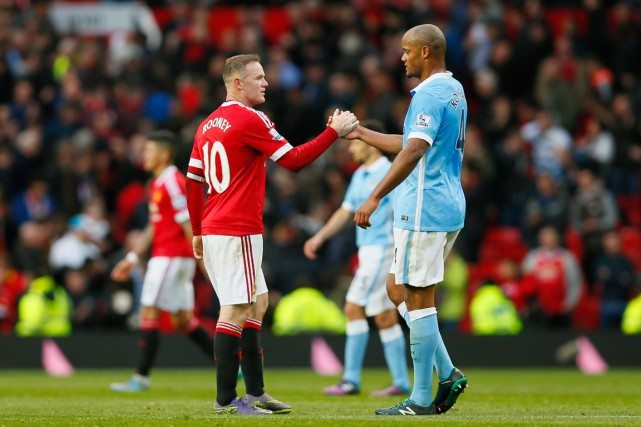 Les deux capitaines, Wayne Rooney et Vincent Kompany, se félicitent après... (PHOTO JASON CAIRNDUFF, REUTERS)