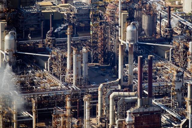 Les stocks de pétrole brut ont nettement baissé la semaine dernière aux... (PHOTO BEN NELMS, ARCHIVES BLOOMBERG)