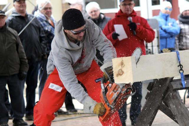 Le populaire concours de bûcherons amateurs a eu... (Photo: Audrey Tremblay)