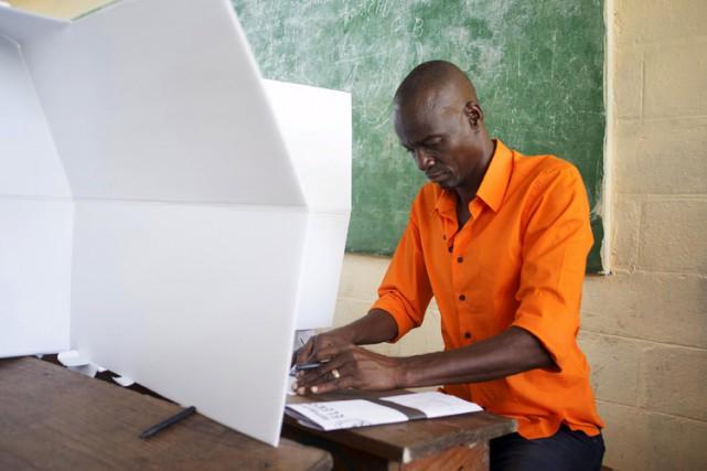 Les 5,8 millions d'Haïtiens votaient pour le premier... (PHOTO REUTERS)