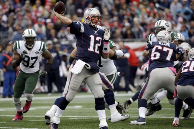 Tom Brady a réussi 34 de ses 54... (Steven Senne, Associated Press)