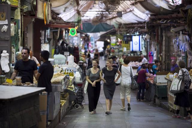 Au marché Mahane Yehuda à Jérusalem-Ouest, passage obligé... (PHOTO AMIR COHEN, REUTERS)