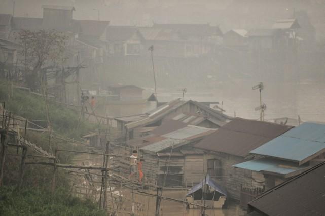 À Palangkaraya, le nombre d'infections respiratoires a bondi... (PHOTO BAY ISMOYO, AFP)