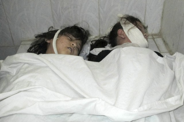 Douze écolières afghanes ont été tuées dans une... (Associated Press, Naim Rahimi)