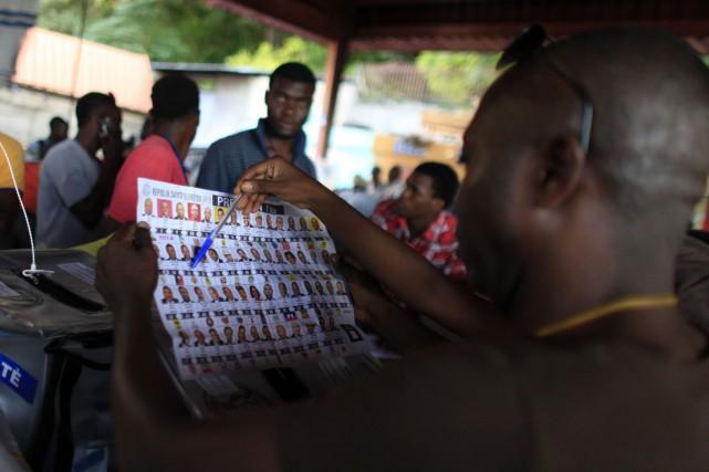 Le fastidieux travail de décompte des bulletins, qui... (Photo Ricardo Arduengo, AP)