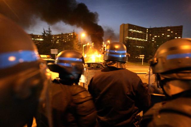 Affrontements violents, véhicules brûlés: les banlieues françaises s'étaient... (PHOTO LIONEL BONAVENTURE, ARCHIVES AFP)