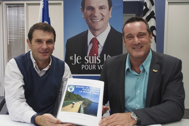 Le député de Granby, François Bonnardel, et le... (photo Alain Dion)