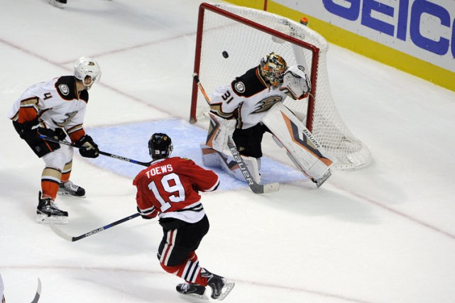 Jonathan Toews a marqué à 51 secondes de la prolongation, Corey Crawford a... (PHOTO REUTERS)