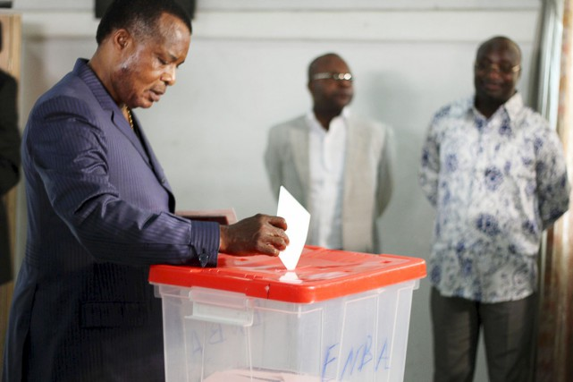 Le président Sassou Nguesso enregistre son vote dans... (PHOTO ROCH BAKU, ARCHIVES REUTERS)