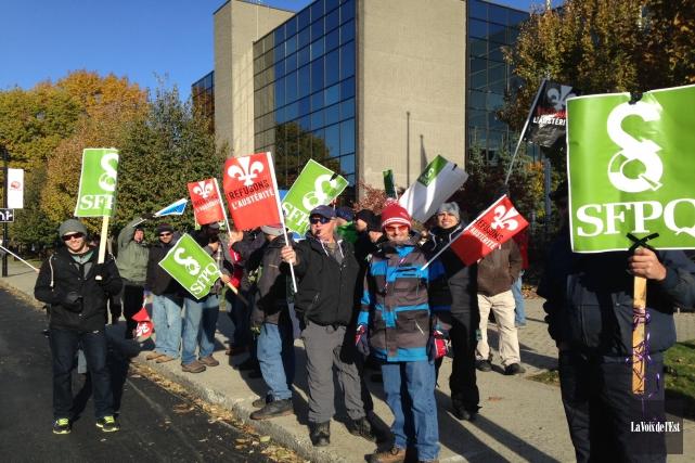 Des employés de la fonction publique ont manifesté... (Alain Dion, La Voix de l'Est)